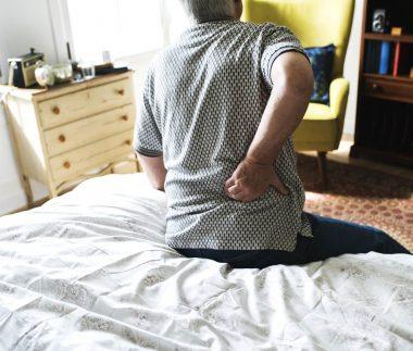 Homem-com-cor-nas-costas-Dor-Cronica-Clinica-Fortius